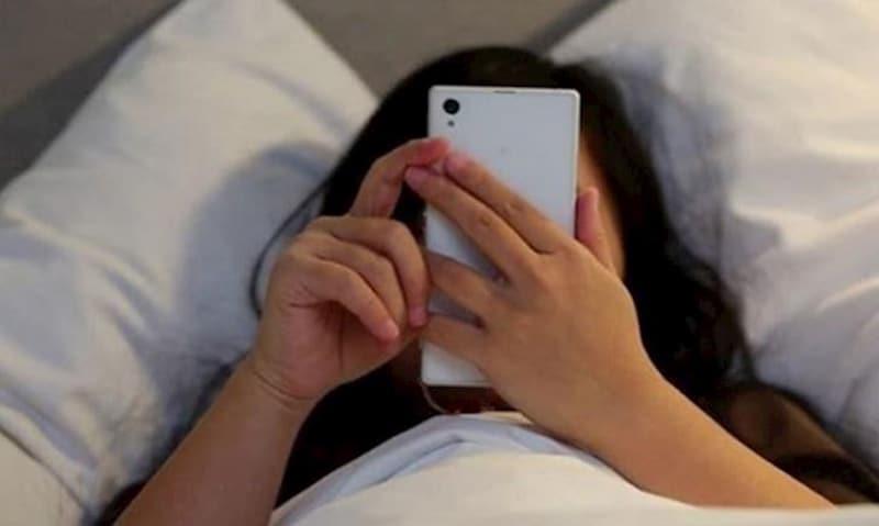 Tránh dùng các thiết bị điện tử trước khi đi ngủ