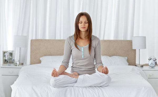 Ngồi thiền, thư giãn trước khi ngủ giúp bạn ngon giấc hơn